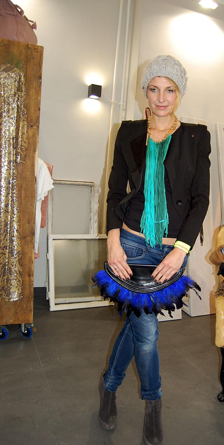 Anna mit Tasche von PUNKberlin und Kette von Perlensäue