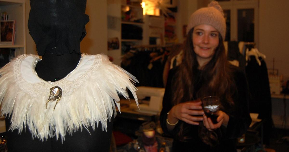 Frau Designerin Salonlöwin mit ihrem Federkragen