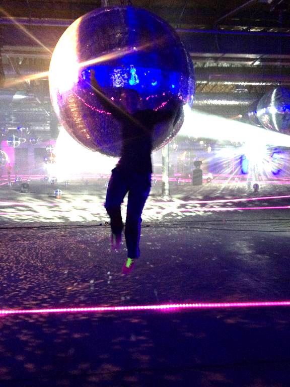 Die zweite Halle mit sagenhaft großen, glitzernden Discokugeln