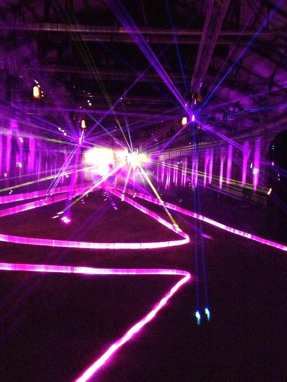 Durch die erste Halle - wummernde Beats und Lasershow