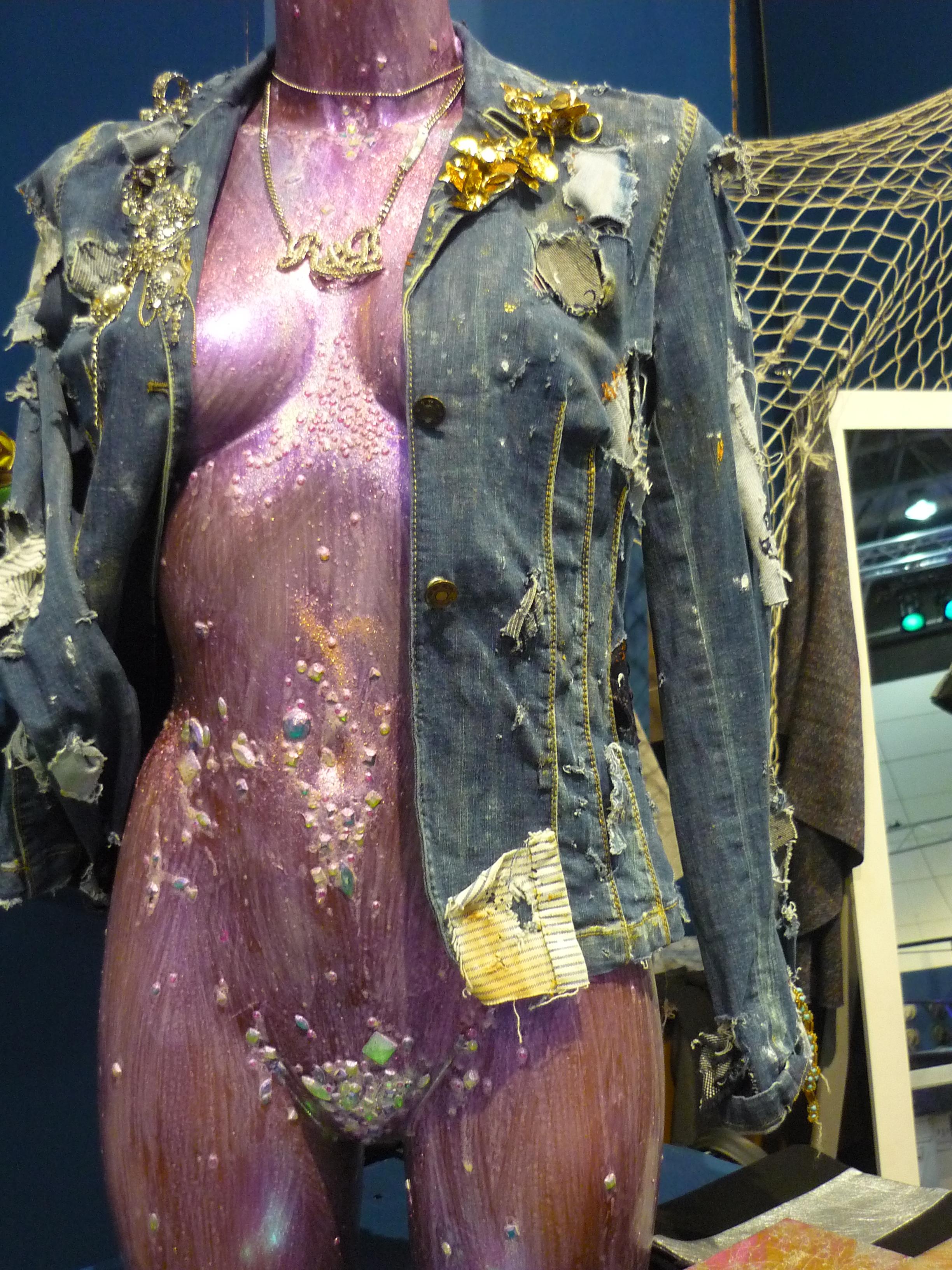 Wahnsinns Jeansjacke besetzt mit vielen goldenen und glitzernden Elementen