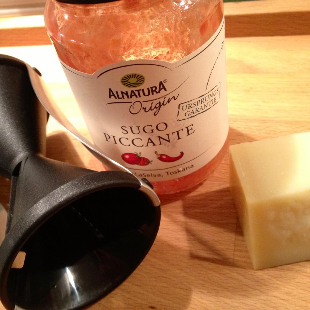 Drei Details, welche die Zubereitungszeit extrem verkürzen: Die unvergleichliche Sugo Piccante von DM, ein Stück Parmesan oder Grana Padano, sowie den GEFU Spirelli Spiralschneider (z.B. bei Kaufhof Galeria)