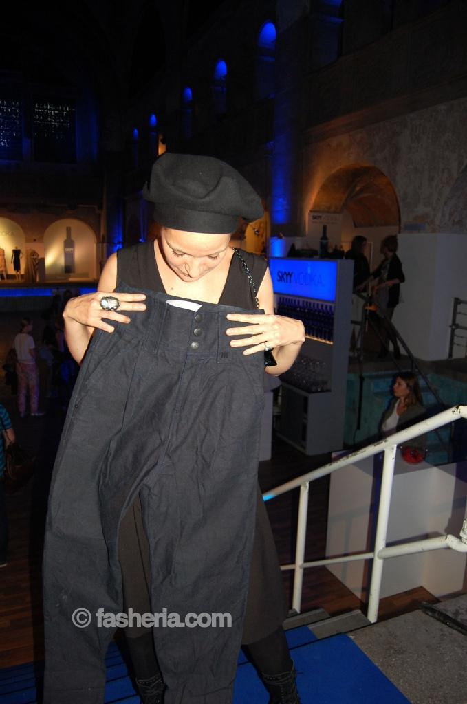 Schauspielerin Jeanette Hain hat eine Hose geshopped
