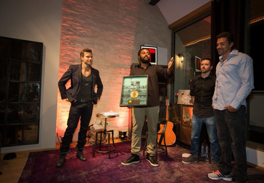 """Tommy von think out of the box und Aloe Blacc überreichen Festum die Goldene Schalplatte für """"Hallo Welt"""" mit Max Herre"""