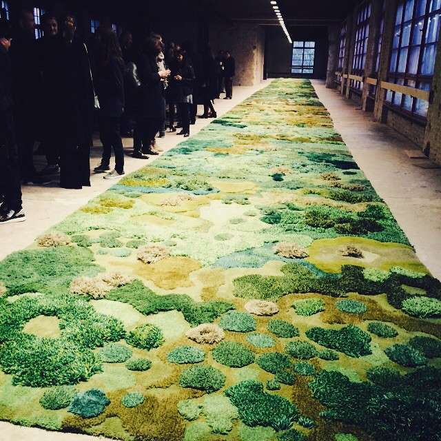 That's the famous 45 m carpet ⭐️ aleyandra kahyoulu for @driesvannoten #fashionshow ❤️ so gespannt auf @oscarandthewolf leider sitzt man als nicht-biertrinker auf dem Trockenen