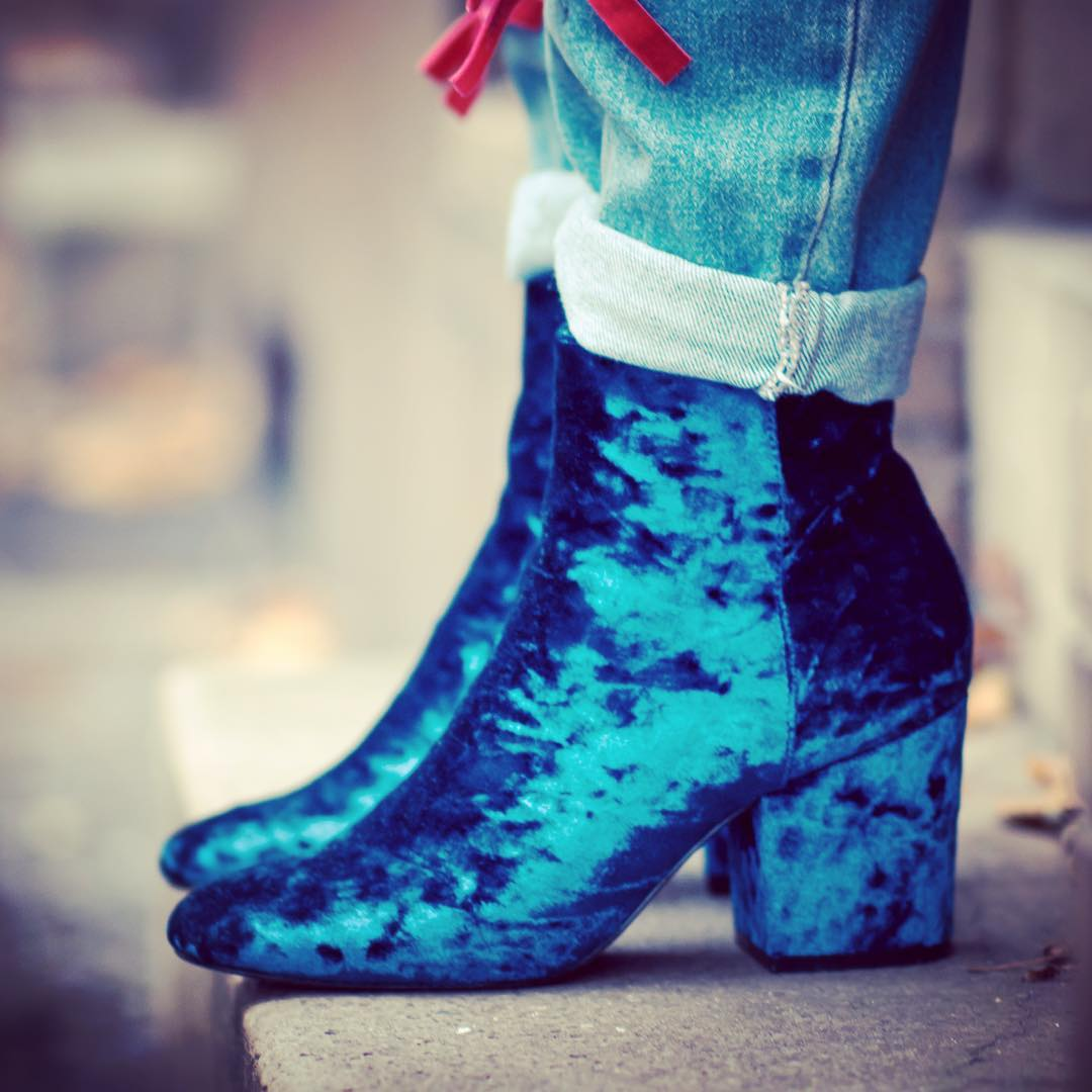 OH VELVET best booties up now on the blog {link in bio} thx a lot for the pic @matthiashesse #velvet #velvetshoes #germanblogger_de #fashionblogger #shoes